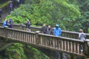 ICB-Taskforce auf der 100 Jahre alten Brücke über den Multnomah Falls