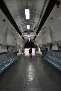 Mura und Bru in der Ankunfshalle des Flughafens Frankfurt? Nein, im Bauch der Antonov 22.
