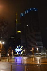 Der große blaue Euro ist in der Nähe des Meatpackers Restaurant