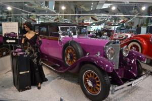 Im Museum gibt es alte Autos