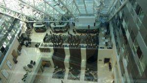 Blick aus dem Aufzug in die Hotellobby