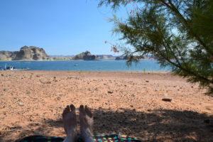 Am Sandstrand von Lake Powell lässt es sich aushalten